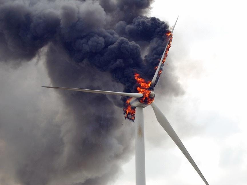 Brennende windkraftanlage